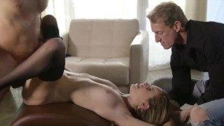 Une jolie salope amoureuse du sexe vaginal